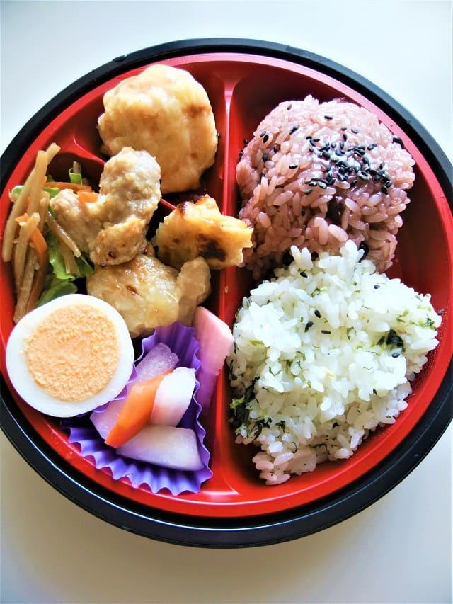ヤオコーの赤飯と味ご飯の六種おかず弁当