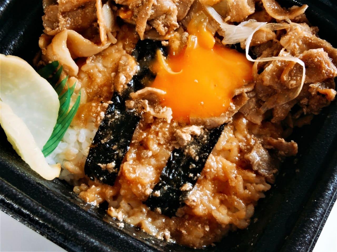 玉子の下に海苔と白飯